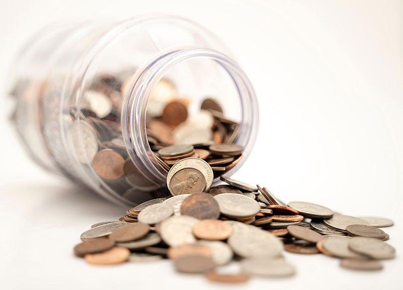 monedas en una jarra
